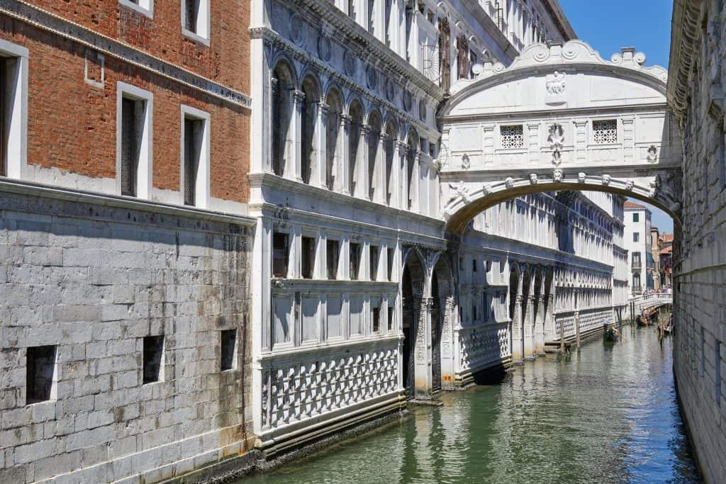 Il famoso ponte dei sospiri. attrazione di Venezia